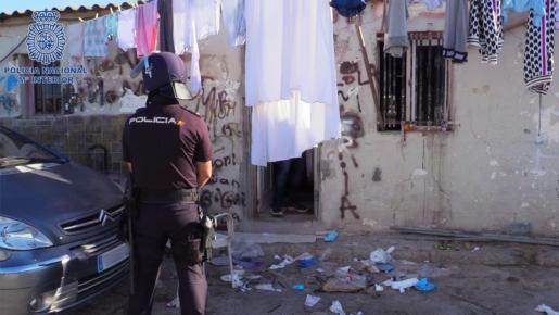 Un agente de la policía durante la operación antidroga en Son Banya.
