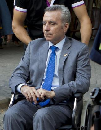 El torero José Ortega Cano abandona los juzgados de Sevilla en una silla de ruedas tras declarar como imputado por el accidente de tráfico.