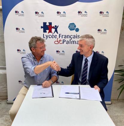 Jaume Mascaró Martorell, de Melchor Mascaró, y François Cornu, del Liceo Francés de Palma, firman el acuerdo para el nuevo centro.
