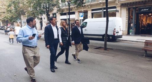 El edil Valls, en el centro de la imagen, paseando por uno de los barrios afectados por los disturbios en Barcelona.