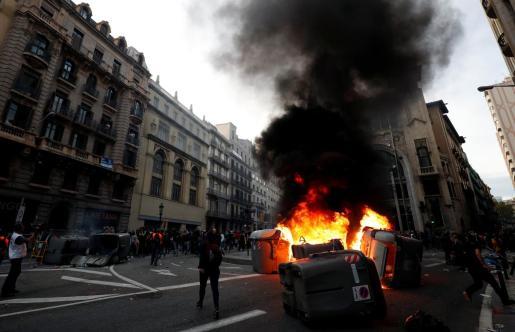 La Policía carga para dispersar a los manifestantes frente a Jefatura de Barcelona.