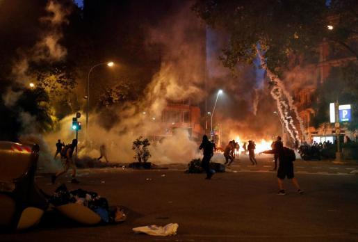 Enfrentamientos entre manifestantes y la policía en Barcelona.