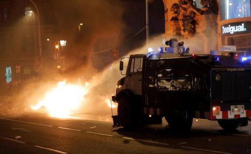 La policía ha usado un cañón de agua durante los altercados en Cataluña.
