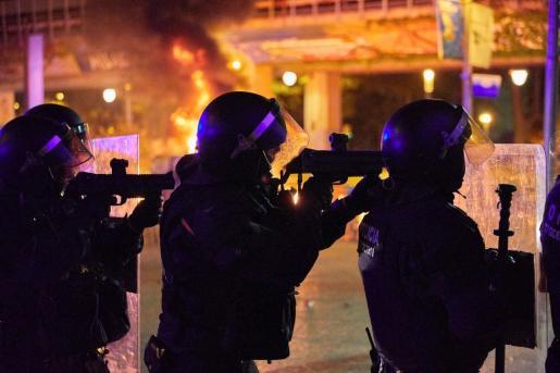 Miembros de la policía nacional, durante los altercados que se han producido por las calles de Girona.