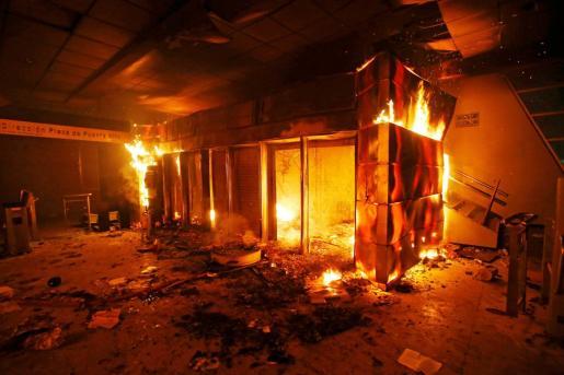 Una oficina del metro subterráneo arde durante las protestas en Santiago de Chile.