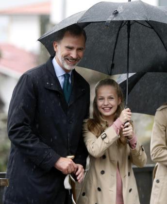 El rey Felipe VI y la princesa Leonor sonríen durante su visita a Asiegu, una pequeña aldea del concejo de Cabrales situada en el corazón de los Picos de Europa, que ha sido distinguida con el Premio al Pueblo Ejemplar de Asturias 2019 por su modelo de desarrollo rural.