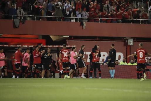 Lago Junior celebra con Vicente Moreno y el resto del equipo el tanto anotao en el primer tiempo.