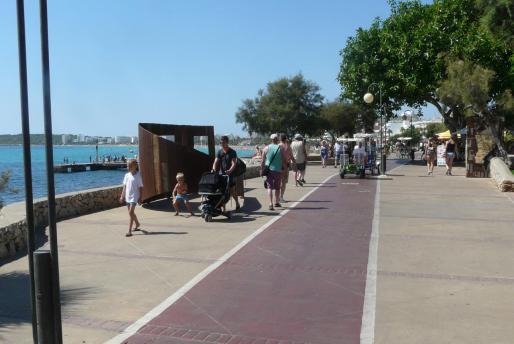 El paseo marítimo de Cala Milor es la zona más frecuentada por los turistas. Con la reforma se da prioridad a los peatones.