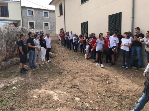 Momento en el que el regidor de Educació de Cort, Llorenç Carrio, entrega las llaves del yacimiento a los vecinos.