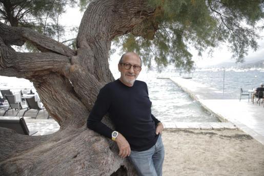 Richard Mille, en el exterior del hotel Illa d'Or, del Port de Pollença.