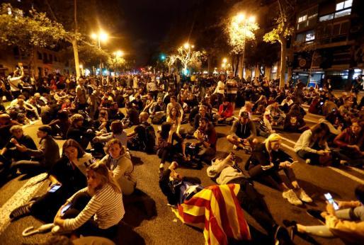 Manifestantes en un sentada en una calle de Barcelona.