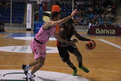 El jugador del BTTB Mallorca Bropleh trata de penetrar ante un rival en el partido disputado en Son Moix ante el Valladolid.
