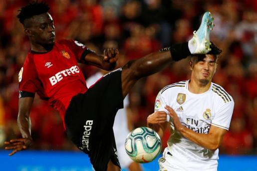 El jugador del Real Mallorca Baba realiza una entrada peligrosa al futbolista del Real Madrid Brahim durante el partido disputado en Son Moix.