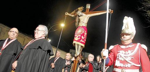 La imagen del Cristo salió de la iglesia de La Anunciación cerca de las 12 de la noche. Iba escoltada por los 'sobreposats' de la cofradía de La Sang, que se van turnando durante el recorrido.