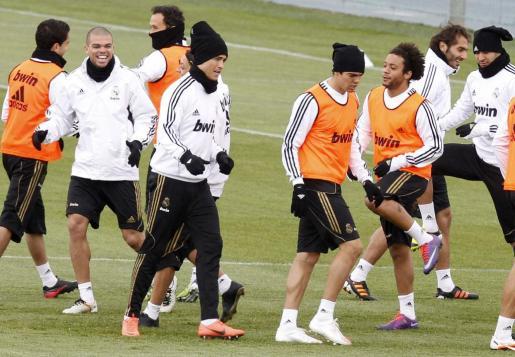 Los portugueses Pepe (1i) y Cristiano Ronaldo (2i), y los brasileños Kaká (2d) y Marcelo (1d) -todos en primer término-, del Real Madrid, durante el entrenamiento del equipo.