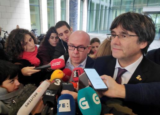 El abogado Gonzalo Boye, ante los medios, tras la comparecencia de Puigdemont ante las autoridades belgas.