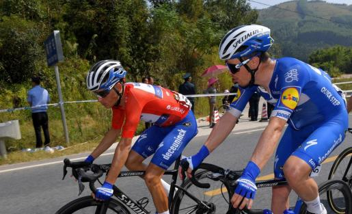 Enric Mas (izquierda), con el maillot rojo de líder durante la etapa de este lunes.