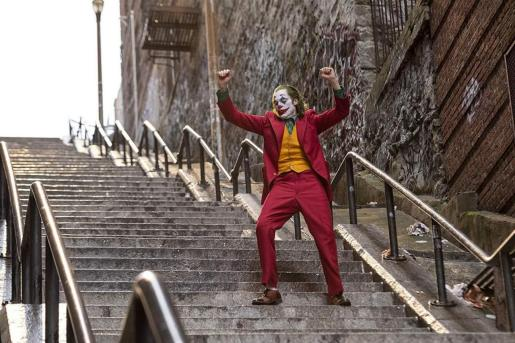 Joaquin Phoenix en su papel del Joker bajando por las ya famosas escaleras ubicadas en el barrio del Bronx, en Nueva York.