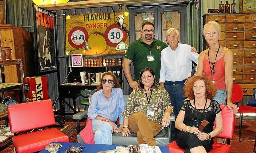 Marieta Salas, Marina Torres y Elizabeth Laquiere. Detrás: David Fernández, Salvador Maresca y Chris Bartels.