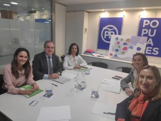 Los miembros del Consejo General de Farmacéuticos reunidos con dirigentes del PP.