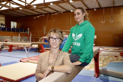 Imagen de Elena Gómez y Cintia Rodríguez en la sala de gimnasia del polideportivo Príncipes de España.
