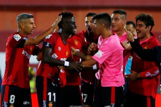 Los jugadores del Real Mallorca celebran el gol de Lago Junior en la victoria ante el Real Madrid en Son Moix.
