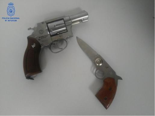 Armas intervenidas al sospechoso.