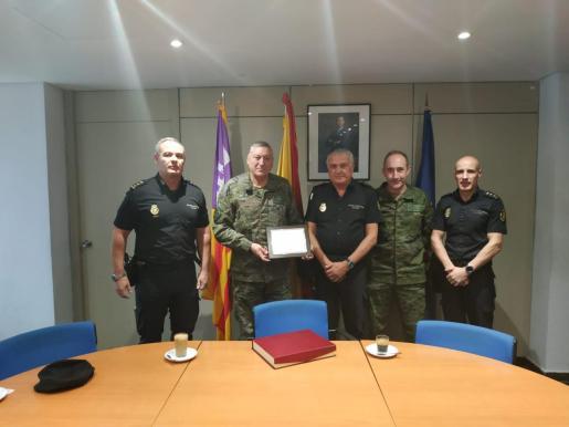 La Policía Nacional rinde homenaje al comandante general de Baleares, Juan Cifuntes.