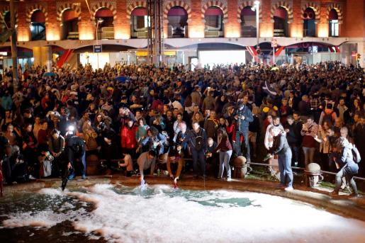 Centenares de personas se concentran este martes en la plaza de España de Barcelona y vierten jabón en la fuente central, convocados por los CDR bajo el lema «Limpiemos las calles de injusticia».