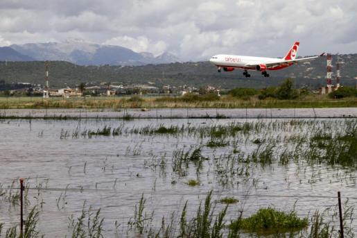 El aeropuerto de Palma registra retrasos en los vuelos por la DANA. Imagen de archivo de un avión aterrizando en Son Sant Joan.