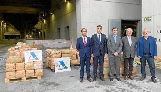 Las autoridades ayer en Son Reus, junto a los fardos con 5.800 kilos de hachís.