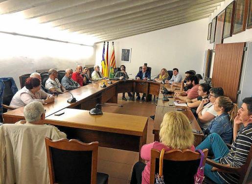 La tercera reunión para decidir los posibles cambios en la fiesta de Sant Antoni para devolverle su carácter popular y tradicional se celebró el lunes en la sala de plenos.