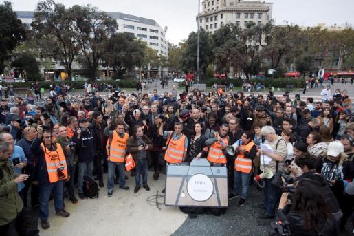Un centenar de periodistas se han concentrado en la plaza Catalunya de Barcelona, para protestar por la agresiones que profesionales de los medios de comunicación han sufrido en los últimos días, por parte de policías y de manifestantes.
