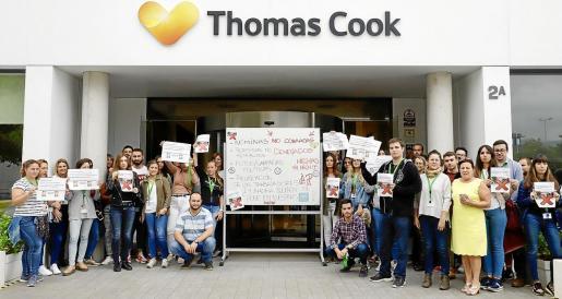 Un grupo de trabajadores decidió protestar este martes a las puertas de la sede de Thomas Cook.