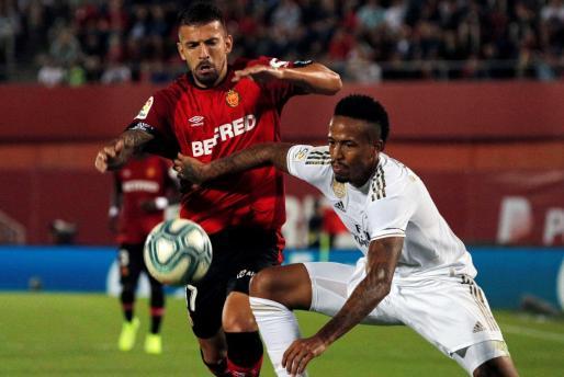 El jugador del Real Mallorca Dani Rodríguez pugna con el central del Real Madrid Militao en el partido disputado entre ambos equipos en Son Moix.
