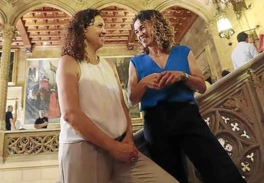 La consellera d'Hisenda, Rosario Sánchez (derecha), seguirá la misma política fiscal que su antecesora, Catalina Cladera: se mantendrá la subida de la ecotasa y el resto de medidas tributarias aprobadas en la pasada legislatura.