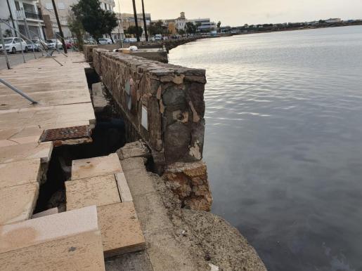 Imagen del muro del paseo de Cala Gamba.