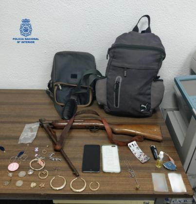 El arma y otros objetos decomisados al ladrón.