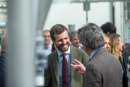 El candidato del PP, Pablo Casado, visita la fábrica Porcelanosa en Vilareal (Castellón)