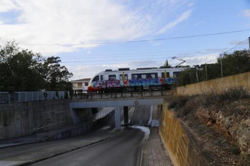El tren circula sobre la zona afectada por el accidente.
