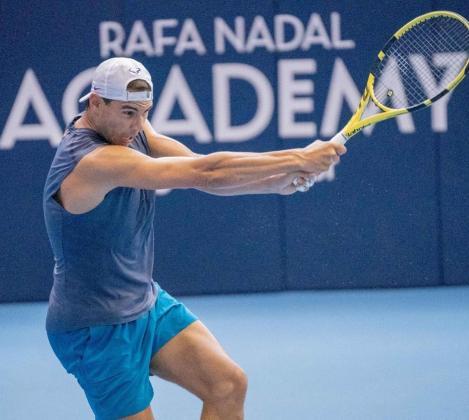 Imagen de Rafael Nadal ejercitándose en pista cubierta en Manacor antes de viajar a Kazajistán.