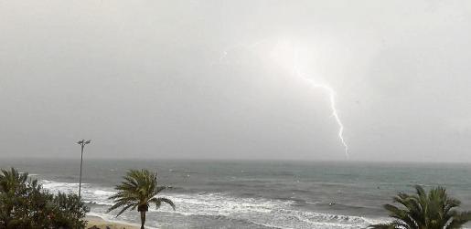Un rayo atravesando el cielo en la playa de Cala Millor.