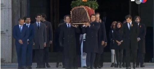 Momento en el que la familia de Francisco Franco saca el féretro de El Valle de los Caídos.