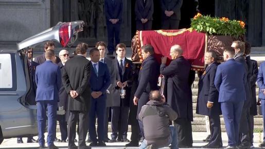 Momento en el que la familia de Franco deposita el féretro en el coche fúnebre.