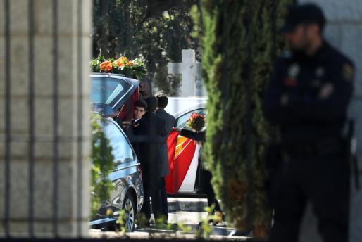 El féretro de Franco a su llegada al cementerio de Mingorrubio.