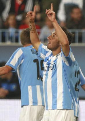 El centrocampista del Málaga, Santi Cazorla, celebra el segundo gol del equipo andaluz.