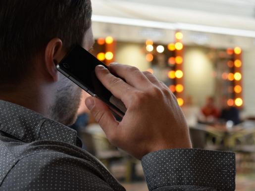 Muchos ciudadanos son encuestados por teléfono estos días.