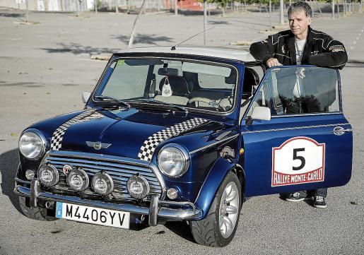Alfonso Brea con su Mini Sport Pack 1300 del año 2000 que compró hace 13 años.