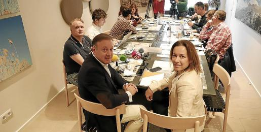 Joan Mesquida, junto a Joana Capó. A su lado, el diputado de Ibiza Maxo Benalal.