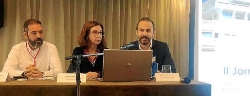 José Miguel Artieda y Natalia Bueno, de los API, con el director general d'Habitatge del Govern, Eduardo Robsy.